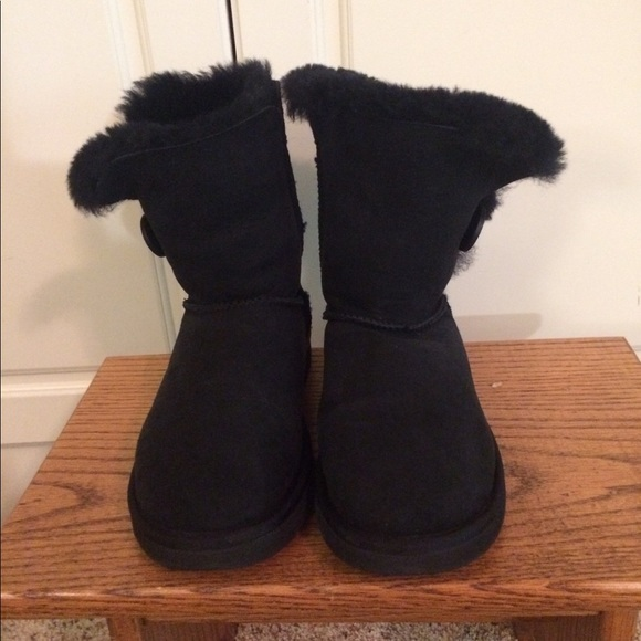 fe3ccd69eb6 Black Ugg Boots with Button Size 6 S/N 5803
